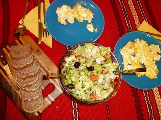 бъркани яйца със салата