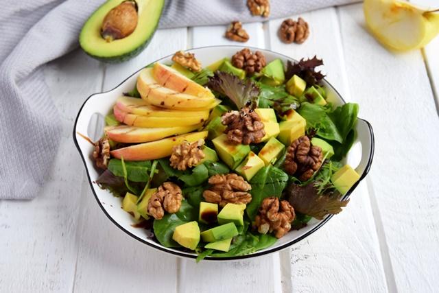 Салата с авокадо, ябълка, орехи и редукция от нар